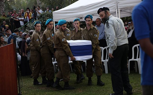 Funeral of IDF soldier Sgt. Avinoam Cohen at the Mount Herzl Military Cemetery in Jerusalem, September 27, 2017. Cohan and another soldier were killed the night before in a training accident when their military vehicle turned over during an exercise in the Golan Heights. (Miriam Alster/Flash90)