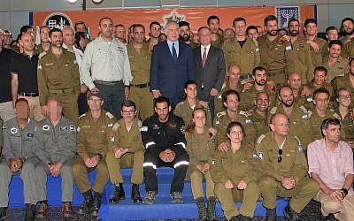 Prime Minister Benjamin Netanyahu is seen with the IDF delegation sent to Mexico to assist in search and rescue efforts following a major earthquake that hit the country, at a ceremony at Ben Gurion International Airport on September 28, 2017.(Amos Ben Gershom/GPO/Flash90)