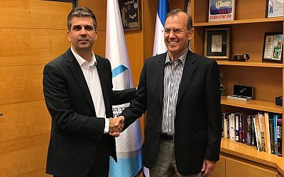 Israel's Minister of Economy and Industry, Eli Cohen, left, and Ami Appelbaum, chairman of the Israel Innovation Authority and Chief Scientist of the ministry (Courtesy: Ministry of Economy Spokesperson Office)