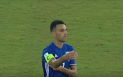 Screen capture from video showing captain of the Israeli national soccer team Eran Zahavi as he tears off his captain's armband during a losing game against Macedonia, September 2, 2017. (YouTube)
