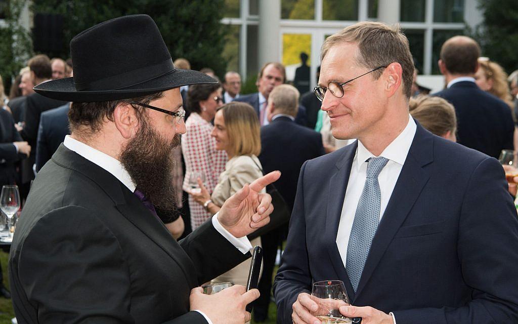 Berlin Mayor Michael Muller, right, speaking with Rabbi Yehuda Teichtal in Berlin, July 19, 2017. (Matthias Nareyek/Pool/Getty Images/via JTA)