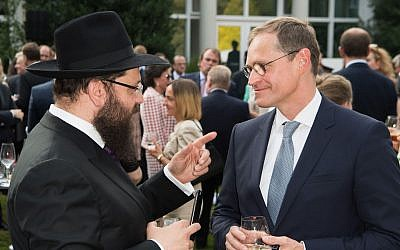 Berlin Mayor Michael Muller, right, speaking with Rabbi Yehuda Teichtal in Berlin, July 19, 2017. (Matthias Nareyek/Pool/Getty Images/via JTA)