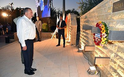 Defense Minister Avigdor Liberman lays a wreath at a monument commemorating the contributions of Bedouin soldiers to Israel's security in the Galilee on September 11, 2017. (Ariel Hermoni/Defense Ministry)