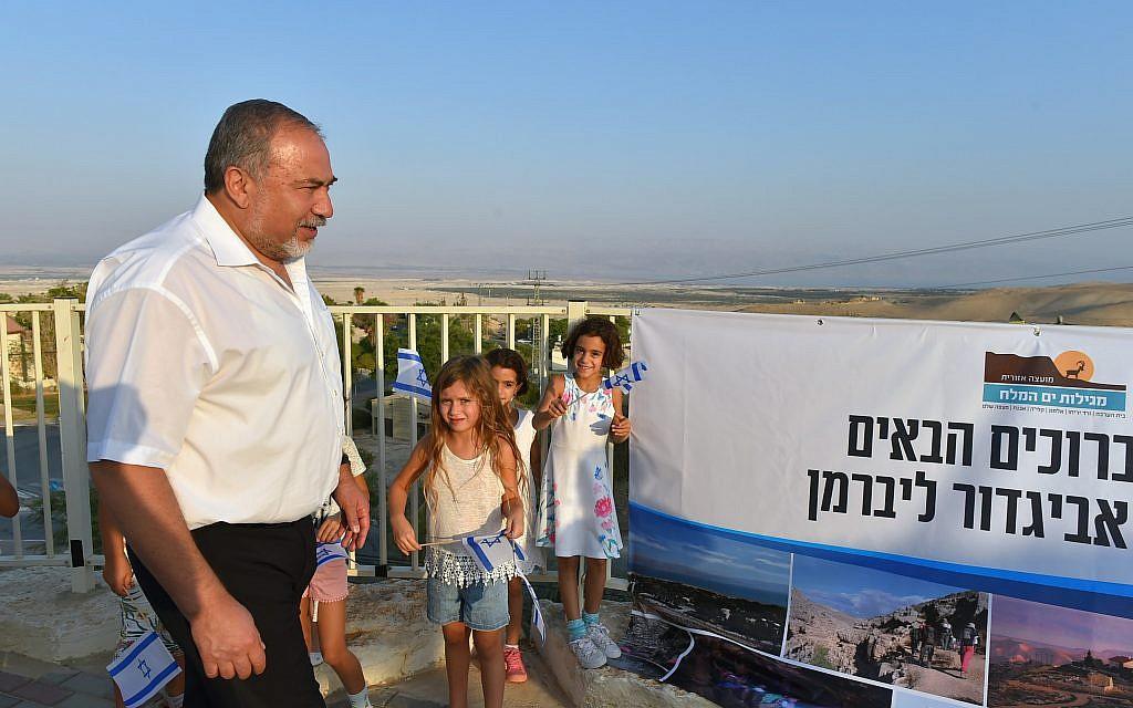 Defense Minister Avigdor Liberman meets with settler leaders in the Dead Sea region on September 17, 2017 (Ariel Harmoni/Defense Ministry)