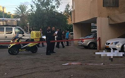 Police cordon off a parking lot in the central Israeli city of Kiryat Ono after the discovery of the body of man aged around 39 which bore signs of severe violence, September 27, 2017. (Magen David Adom)