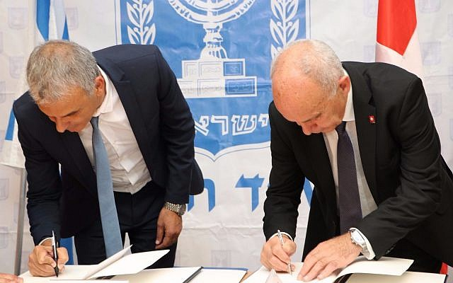 Israel's Finance Minister Moshe Kahlon (left) signs accord with the Head of the Federal Department of Finance (FDF) of the Swiss Confederation, Ueli Maurer on Sept. 4, 2017. (Courtesy: Finance Ministry Spokesperson Office)