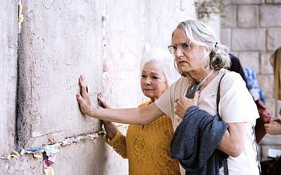 Maura Pfefferman (Jeffrey Tambor) and her TV sister, Bryna (Jenny O'Hara), at the Western Wall in season 4 of 'Transparent' (Courtesy 'Transparent')