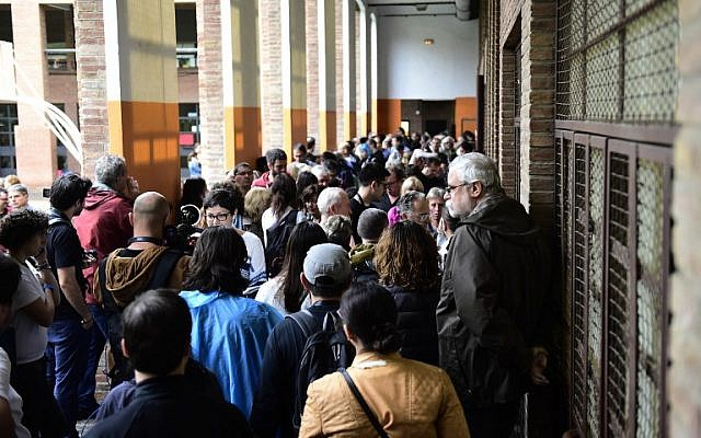People queue to vote, in a polling station in Barcelona, on October 1, 2017, on the day of a referendum on independence for Catalonia banned by Madrid. (AFP / JOSE JORDAN)