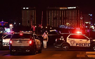 Police form a perimeter around the road leading to the Mandalay Hotel (background) after a gunman killed 58 people and wounded more than 500 others, when he opened fire on a country music concert in Las Vegas, Nevada, October 2, 2017. (AFP/Mark RALSTON)
