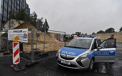 A police car blocks the entrance to a construction site where a World War II bomb was discovered on October 2, 2017 in Berlin, Germany. (AFP Photo/dpa/John MacDougall)