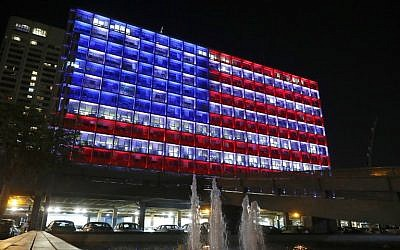 Tel Aviv city hall, lit up in the colors of the American flag to honor the victims of the mass shooting in Las Vegas, on October 2, 2017. (AFP Photo/Jack Guez)