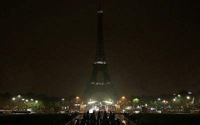 The lights of the Eiffel Tower in Paris are switched off on October 2, 2017 in tribute to the victims of the attacks in Las Vegas and Marseille. (AFP Photo/Zakaria Abdelkafi)