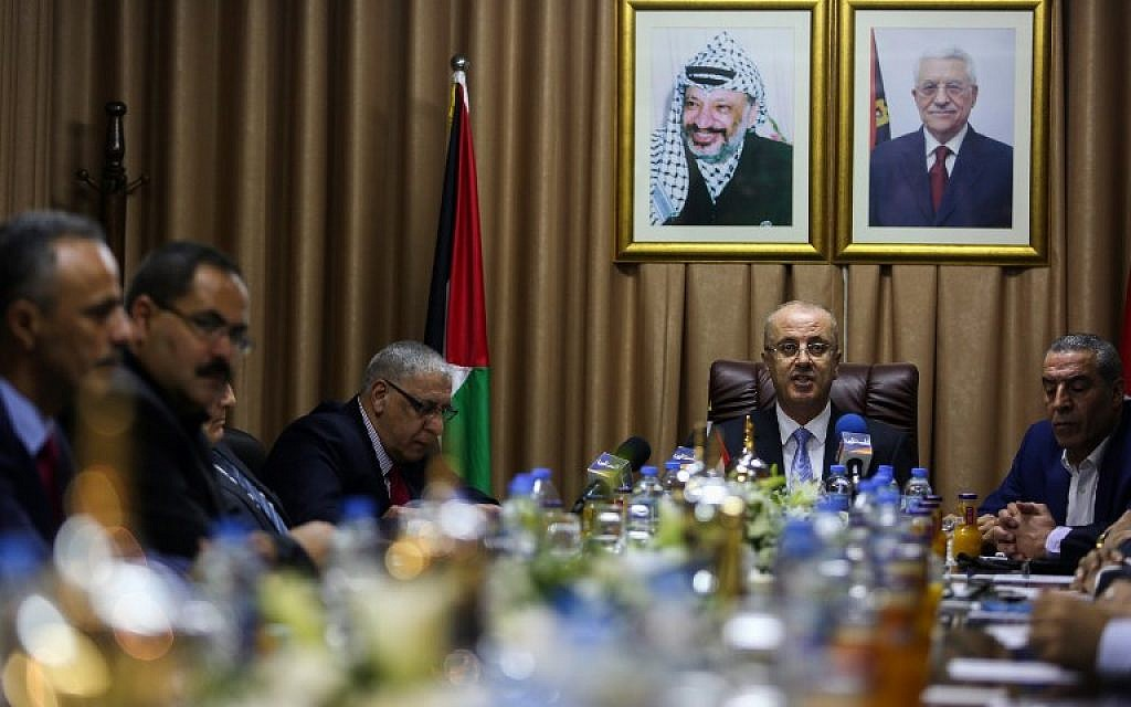 Palestinian Authority Prime Minister Rami Hamdallah (2nd-R) chairs a reconciliation cabinet meeting in Gaza City on October 3, 2017 (AFP PHOTO / POOL / MOHAMMED ABED)
