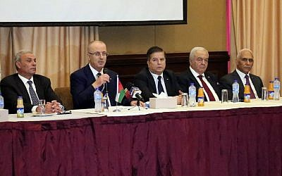 Palestinian Authority Prime Minister Rami Hamdallah (C-L) attends a meeting with members of Palestinian political groups in Gaza city on October 4, 2017. (AFP Photo/Said Khatib)