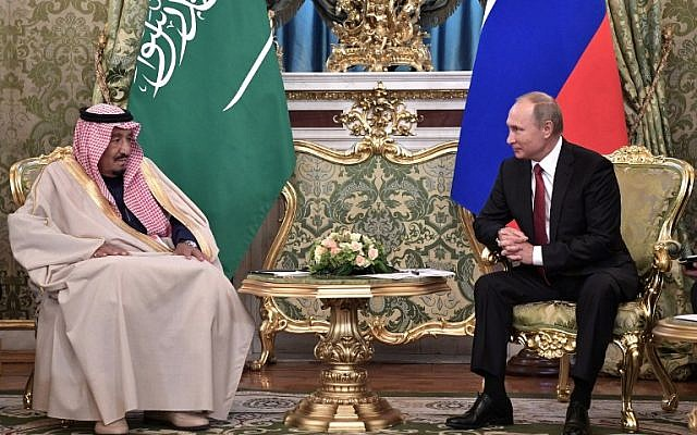 Russian President Vladimir Putin (R) meets with Saudi Arabia's King Salman bin Abdulaziz Al Saud at the Kremlin in Moscow on October 5, 2017. (Alexey Nikolsky/AFP)