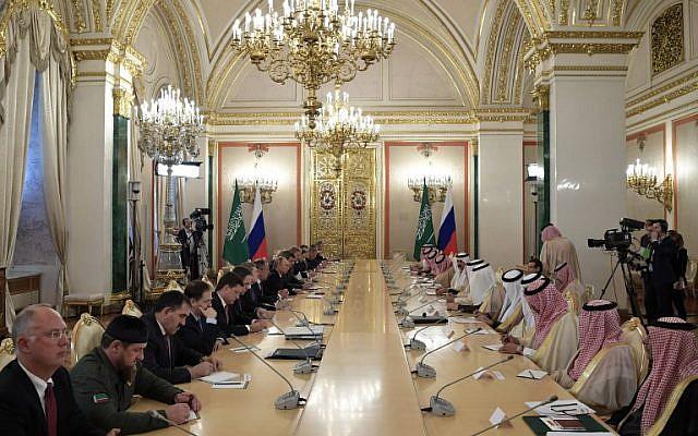 I membri della delegazione russa, guidati dal presidente Putin, si riuniscono con i membri della delegazione saudita, guidati dal re Salman bin Abdulaziz Al Saud, al Cremlino, Mosca, il 5 ottobre 2017. Credits to: Alexey Nikolsky/AFP.