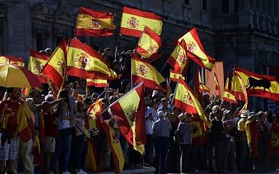Protesters hold Spanish flags during a demonstration against Catalan independence at Colon square in Madrid, October 07, 2017 (AFP/JAVIER SORIANO)