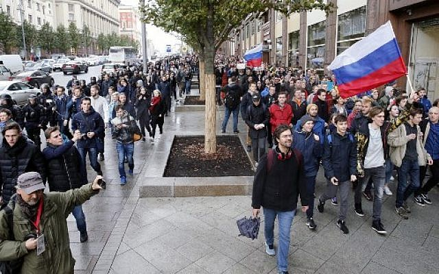 Demonstrators walk along Tverskaya street during an unauthorized anti-Kremlin rally called by opposition leader Alexei Navalny, who is serving a 20-day jail sentence, in downtown Moscow on October 7, 2017 (AFP/Maxim ZMEYEV)