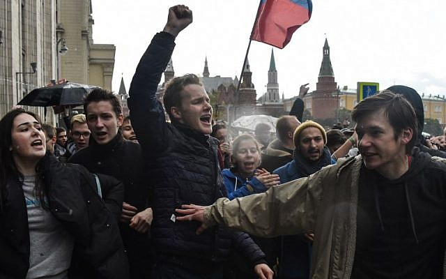 Demonstrators attend an unauthorized anti-Kremlin rally called by opposition leader Alexei Navalny, who is serving a 20-day jail sentence, in downtown Moscow on October 7, 2017, President Vladimir Putin's 65th birthday.  (AFP /Vasily MAXIMOV)
