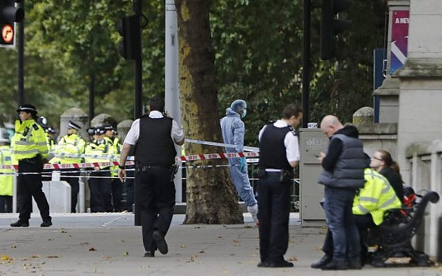 A police forensics officer, center, works at the scene of an incident at the junction of Exhibition Road and Cromwell Road, between the Victoria and Albert Museum and the Natural History Museum, in the South Kensington district of London on October 7, 2017. (AFP/Tolga AKMEN)