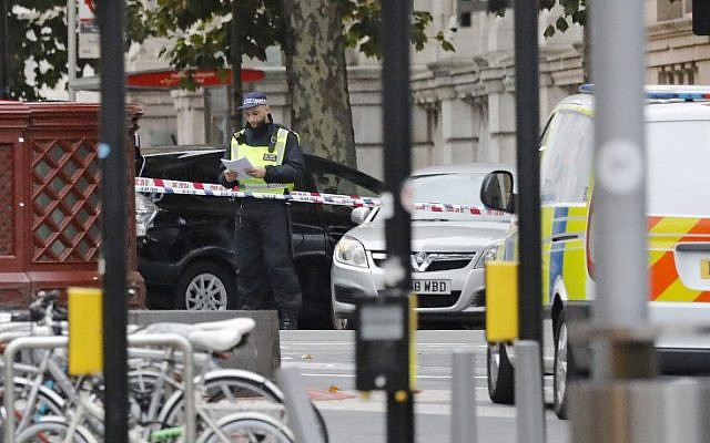 A police officer, center, works at the scene of an incident at the junction of Exhibition Road and Cromwell Road, between the Victoria and Albert (V&A) Museum and the Natural History Museum, in the South Kensington district of London on October 7, 2017. (AFP/Tolga AKMEN)