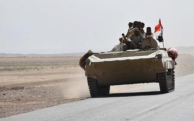Iraqi army reinforcements drive down a road, linking Hawija to Kirkuk, near the village of Khabbaz on October 7, 2017. (AFP PHOTO / Marwan IBRAHIM)