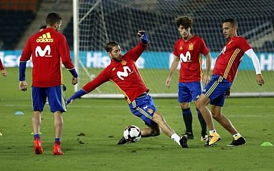 Spanish defender Sergio Ramos (C) trains with players from Spain's national soccer tea  at Jerusalem's Teddy Stadium on October 8, 2017, a day ahead of the team's FIFA World Cup 2018 qualifying match against Israel. (AFP Photo/Thomas Coex)