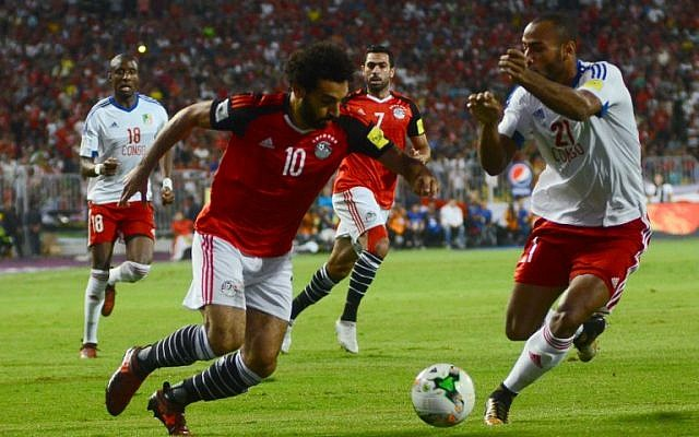 Egypt's Mohamed Salah vies for the ball against Congo's Tobias Badila during their World Cup 2018 Africa qualifying match between Egypt and Congo at the Borg el-Arab stadium in Alexandria on October 8, 2017. (AFP Photo/Tarek Abdel Hamid)