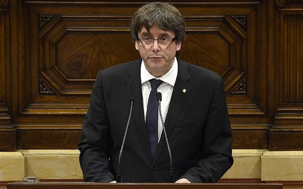 Catalan regional government president Carles Puigdemont gives a speech at the Catalan regional parliament in Barcelona on October 10, 2017. (AFP PHOTO / LLUIS GENE)