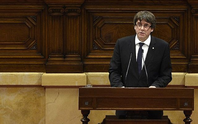 Catalan regional government president Carles Puigdemont gives a speech at the Catalan regional parliament in Barcelona on October 10, 2017. (AFP Photo/Lluis Gene)