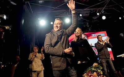 Leader of the right-wing Austrian Freedom Party (FPOe) Heinz-Christian Strache and his wife Philippa Beck greet the audience during his final campaigning event ahead of the parliamentary elections on October 13, 2017 in Vienna. (AFP/JOE KLAMAR)
