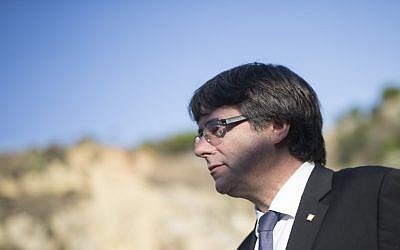 Catalan regional government president Carles Puigdemont leaves after a ceremony commemorating the 77th anniversary of the death of Catalan leader Lluis Companys at the Montjuic Cemetery in Barcelona, October 15, 2017. (AFP/PAU BARRENA)