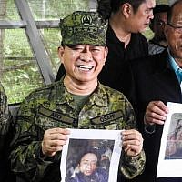 Philippines military chief General Eduardo Ano (C) holds a picture of Islamic terrorist leader Isnilon Hapilon as Defense Secretary Delfin Lorenzana (R) holds a picture of Omarkhayam Maute during a press conference at a military camp in Marawi, on the southern island of Mindanao, on October 16, 2017. (AFP Photo/Ferdinandh Cabrera)