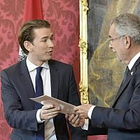 Sebastian Kurz, left, is handed a document by Austrian President Alexander Van der Bellen during a ceremony of Austria's outgoing government formally to tender their resignations in Vienna, Austria, on October 17, 2017, following general elections.  (AFP /APA/HANS PUNZ)