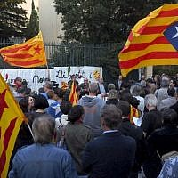 People hold Catalan flags and placards during a protest against the arrest of two Catalan separatist leaders, outside Spain's embassy in Perpignan, on October 17, 2017. (AFP/RAYMOND ROIG)