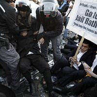 Police disperse ultra-Orthodox Jews demonstrating  in Jerusalem against the conscription of members of their community to the IDF, on October 19, 2017. (AFP Photo/ Menahem Kahana)