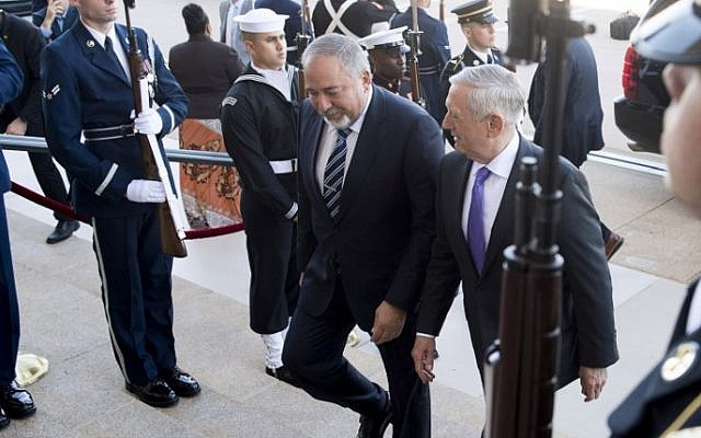 US Secretary of Defense Jim Mattis (R) and Israeli Defense Minister Avigdor Liberman walk through an honor cordon as Lieberman arrives for meetings at the Pentagon in Arlington, Virginia, on October 19, 2017 (AFP PHOTO / SAUL LOEB)