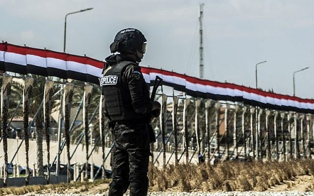 A picture taken on October 21, 2017 shows an Egyptian policeman standing guard in the new city of el-Alamien, west of Alexandria. (AFP/Khaled Desouki)