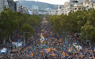 Protesters wave Catalan pro-independence Estelada flags during a demonstration in Barcelona on October 21, 2017. (AFP Photo/Lluis Gene)