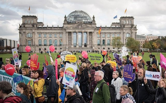 """Germans demonstrate against """"hate and racism in the Bundestag lower house of parliament"""" to protest against the far-right party """"Alternative fuer Deutschland"""" (Alternative for Germany) AfD that will be in the parliament, in Berlin on October 22, 2017.  (AFP PHOTO / STEFFI LOOS)"""