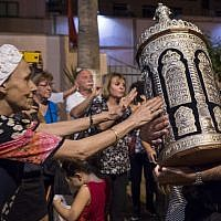 Moroccan Jews and Israeli Jewish tourists participate in Simchat Torah festivities at a synagogue in Marrakesh on October 12, 2017. (AFP PHOTO / FADEL SENNA)