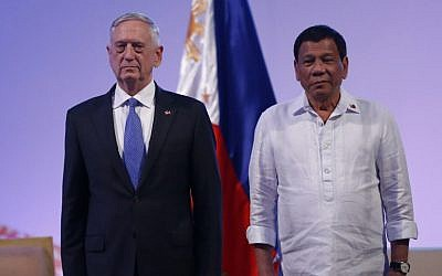 Philippine President Rodrigo Duterte (R) meets US Defense Secretary James Mattis (L) during a courtesy call at the 11th Association of Southeast Asian Nations (ASEAN) Defense Ministers' Meeting (ADMM) and 4th ADMM-Plus, in Clark, Pampanga, east of Manila on October 24, 2017.(AFP PHOTO / POOL / DONDI TAWATAO)
