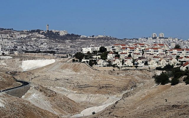 A picture taken from the Israeli settlement of Kedar shows the West Bank Israeli settlement of Maale Adumim (foreground-R), a few kilometers from East Jerusalem (background) on October 26, 2017. (AFP PHOTO / THOMAS COEX)