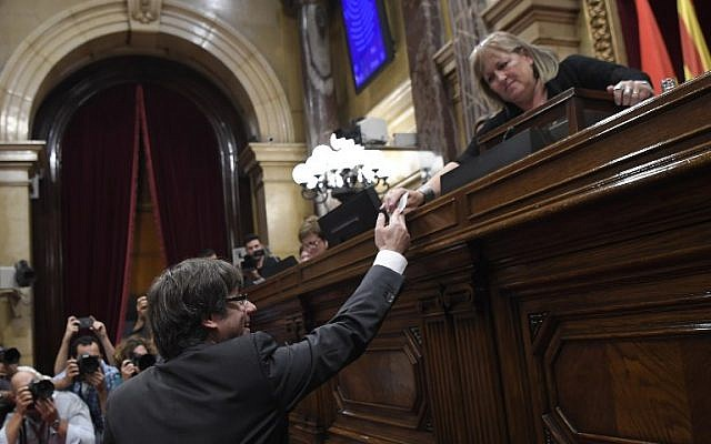 Catalan president Carles Puigdemont casts his vote for a motion on declaring independence from Spain, during a session of the Catalan parliament in Barcelona on October 27, 2017. (AFP PHOTO / LLUIS GENE)