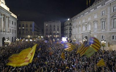 People gather in front of the 'Generalitat' palace (Catalan government headquarters) at the Sant Jaume square to celebrate the proclamation of a Catalan republic in Barcelona on October 27, 2017. (Lluis Gene/AFP)