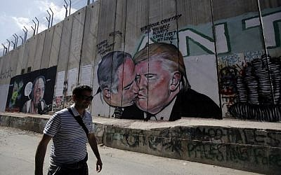 Depiction of Donald Trump kissing Netanyahu drawn on the security barrier in Bethlehem. (AFP PHOTO / Musa AL SHAER)