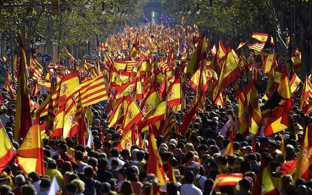Protesters wave Spanish and Catalan Senyera flags during a pro-unity demonstration in Barcelona on October 29, 2017. (AFP PHOTO / PIERRE-PHILIPPE MARCOU)