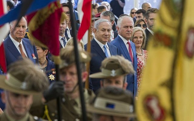 Australian Prime Minister Malcolm Turnbull (R) stands next to Israeli Prime Minister Benjamin Netanyahu (L), as Australian soldiers march during a ceremony at the British Cemetery in Beersheba on October 31, 2017, to mark the 100th anniversary of the Battle of Beersheba. (AFP PHOTO / POOL)