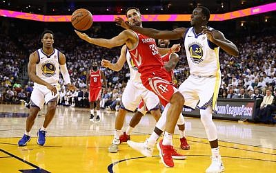 Ryan Anderson #33 of the Houston Rockets and Draymond Green #23 of the Golden State Warriors go for the ball during their NBA game at ORACLE Arena on October 17, 2017, in Oakland, California.  (Ezra Shaw/Getty Images/AFP)