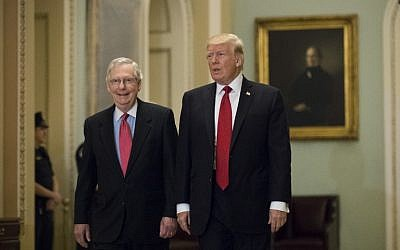 US President Donald Trump (R) and Senate Majority Leader Mitch McConnell (R-KY) walk to a lunch with Senate Republicans on Capitol Hill, October 24, 2017 in Washington, DC.  ( Drew Angerer/Getty Images/AFP)